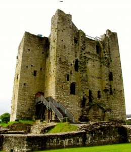 The keep is unusual - it's a square central building, with four (now three) smaller square towers, one attached to each central face. The northern tower, thought to have contained the food stores, has collapsed.