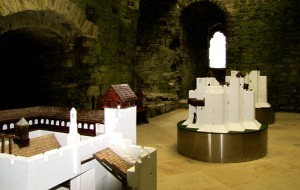 The original great hall on the entry level has models of the castle in each of its three phases of construction. The models are white, because the castle was originally finished with plaster and whitewash.