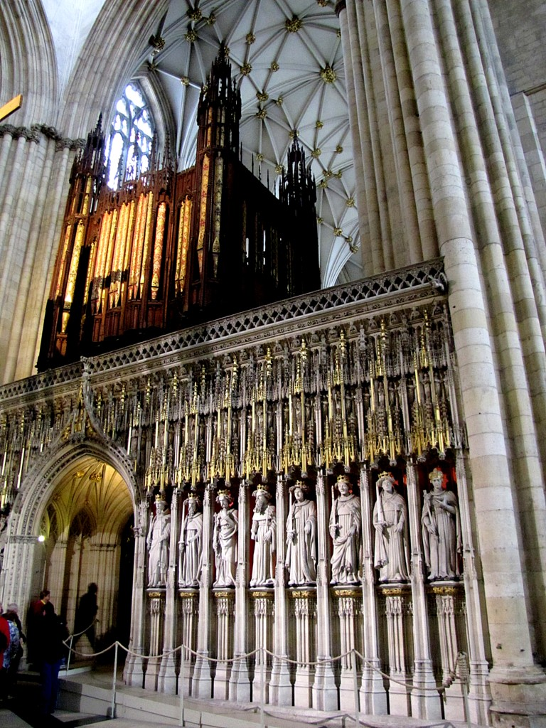 Here's a closer view of that wall. Note the statues of the primates of the church, and the gold-chased pipes of the organ above. The central chapel is set up as what seems to be the Archbishop's court.